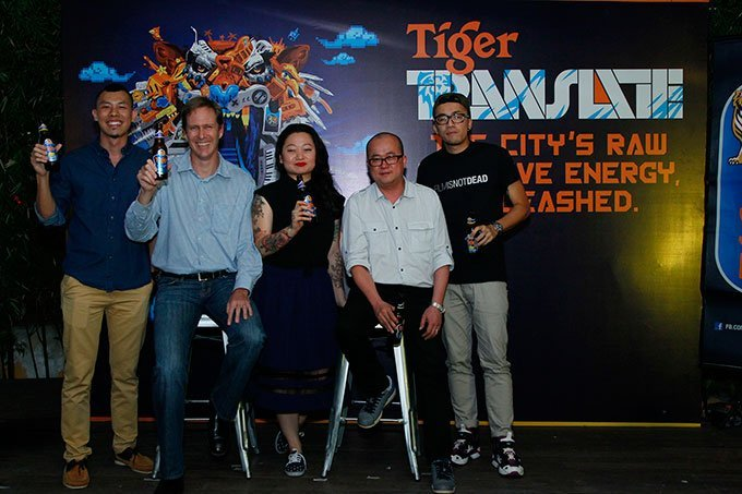 Bruce-Dallas-(Marketing-Director,-GAB)-(second-from-left)-and-Tai-See-Wai-(Marketing-Manager,-Tiger-Beer)-(fourth-from-left)-flanked-by-(from-left)-Jayme-(Kickatomic),-Lynda-Chean-(Pink-Tattoos),-Kenji-Chai