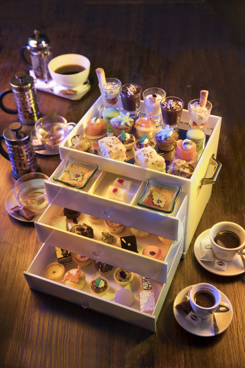 Christmas High Tea Set at RM198.00 at Cafes Richard with 40 pieces and 5 drinks